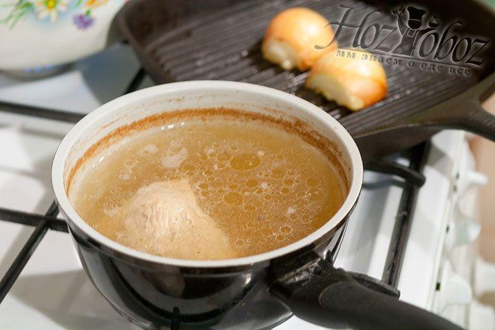 Поджаривать лук следует уже после того как бульон поварится около 2 часов