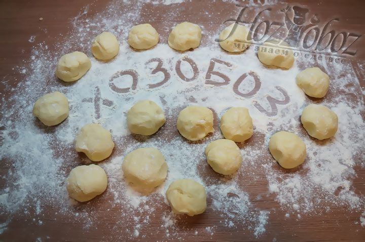 Теперь делим тесто на отдельные кусочки и помещаем в морозилку до того как прийдет время раскатывать коржи
