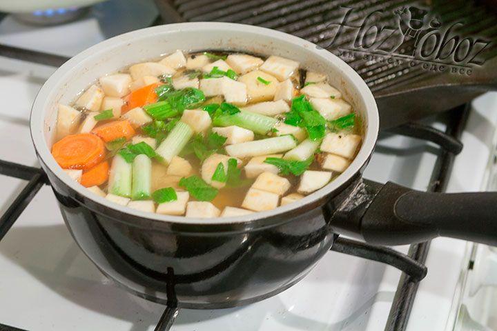 Все нарезанные овощи выкладываем в мясной бульон