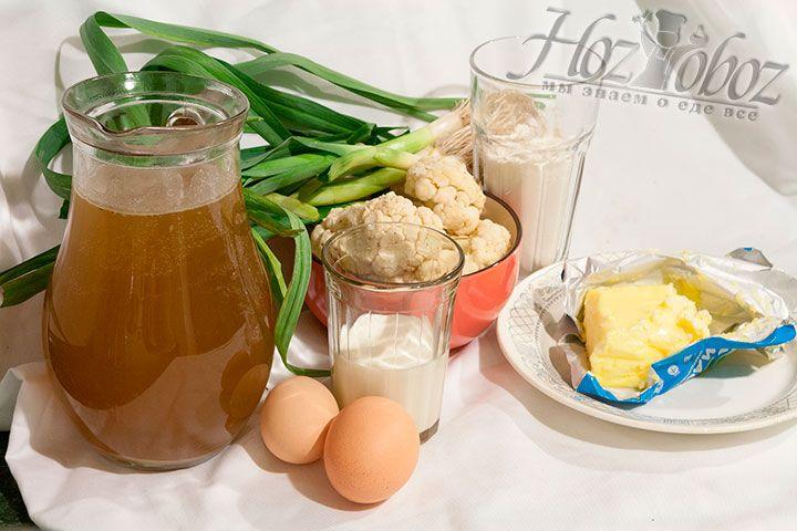 Подготовим необходимые для супа Велюте Дюбарри ингредиенты. Нам понадобится: цветная капуста разделенная на соцветия, лук-порей, домашний куриный бульон с добавлением различных корешков и трав, а также мука, петрушка, яйца, сливочное масло и сливки
