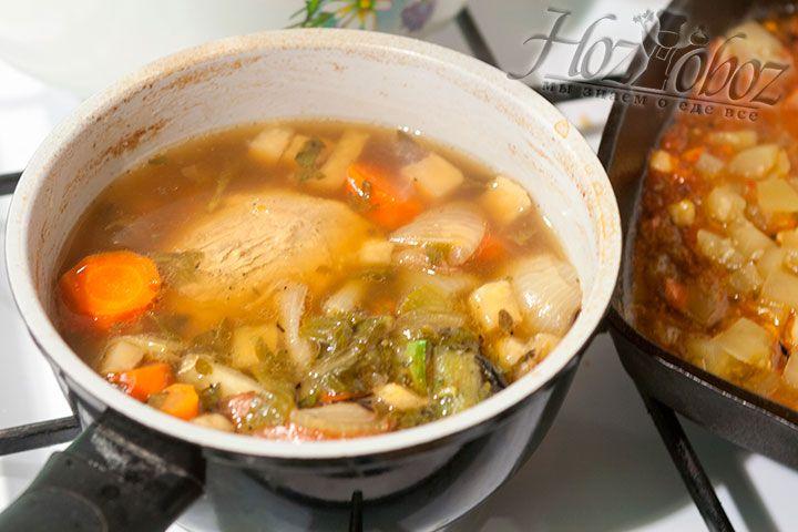 Вместе с ароматными корешками и приправами варим мясо еще около часа