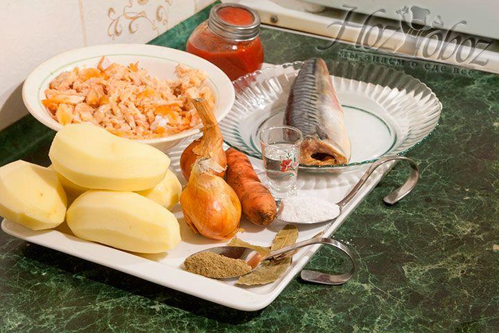 Прежде всего подготовим необходимые для рецепта продукты: отваренное мясо семги очищенное от кожуры и костей, бульон из рыбы, скумбрию, овощи, а также приправы и специи