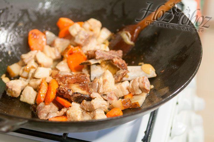 Нужно, помешивая, хорошо подрумянить все мясные ингредиенты