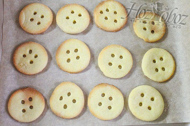 Выпекать печенье нужно в духовке при температуре 180 градусов примерно 12 минут или пока оно не зарумянится