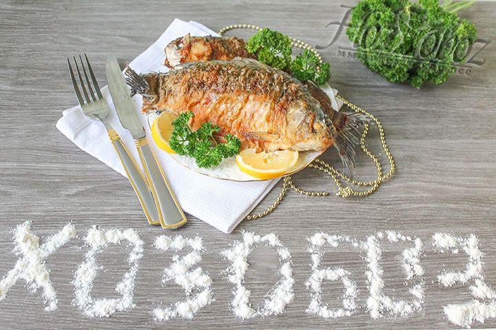 Осталось только довести рыбу до любимой кондиции, сервировать лимоном и свежей зеленью и, конечно, полакомится