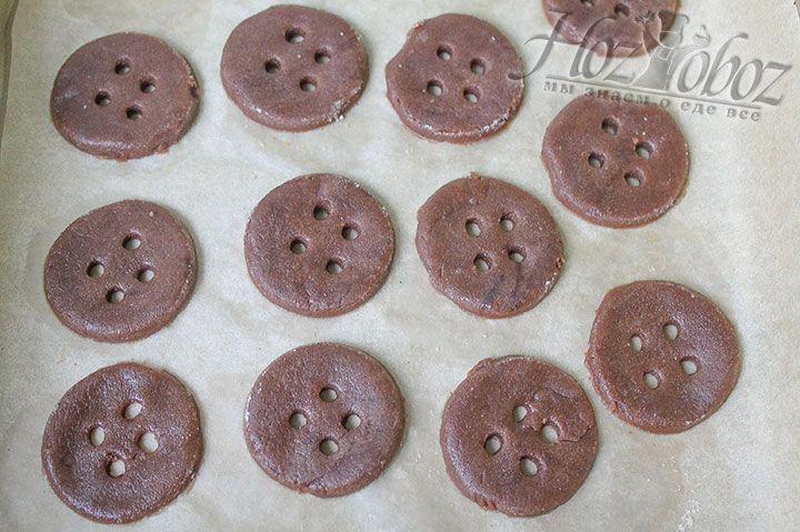 Теперь повторим все то же самое с шоколадным тестом: раскатываем, вырезаем пуговки, выкладываем на пергамент и выпекаем по той же схеме