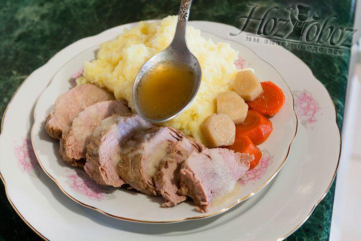Тафельшпиц станет отличным дополнением к картофельному или овощному пюре и не забудьте полить его яблочным соусом - это неимоверно вкусно! При подаче также пригодится бульон и свежая зелень. Для пикантности к такому мясу подают хрен и различные соусы. А тем временем не медлите и сразу отправляйтесь за стол будет очень вкусно!