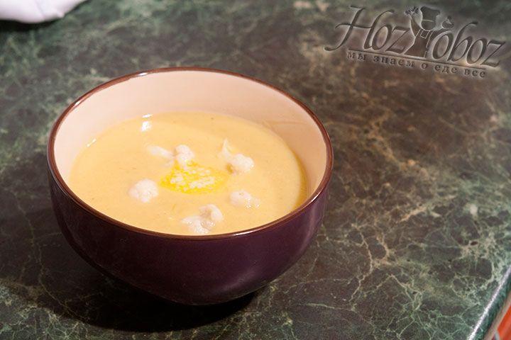 Разливаем суп по тарелкам и сверху украшаем отваренными заранее соцветиями цветной капусты и кусочками ароматного сливочного масла