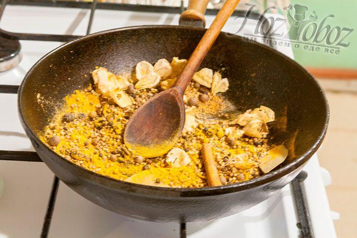 Ставим на сильный огонь сковородку, желательно из чугуна, или вок и отправляем туда все специи. По мере нагревания помешиваем ингредиенты деревянной лопаткой
