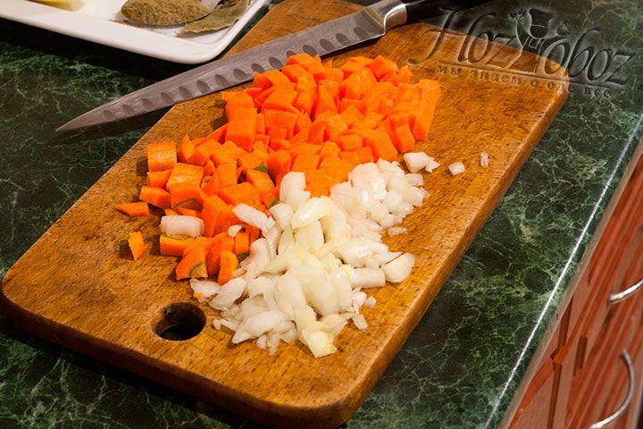 Доводим до кипения готовый рыбный бульон и опускаем в него нарезаные кубиком лук и морковку