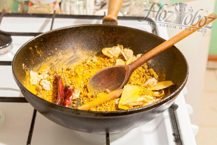 Не переставая помешивать, добавляем стручки красного острого перца