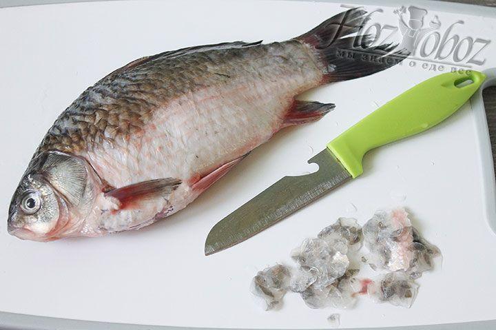 Рыбу чистим от хвоста к голове, а затем потрошим