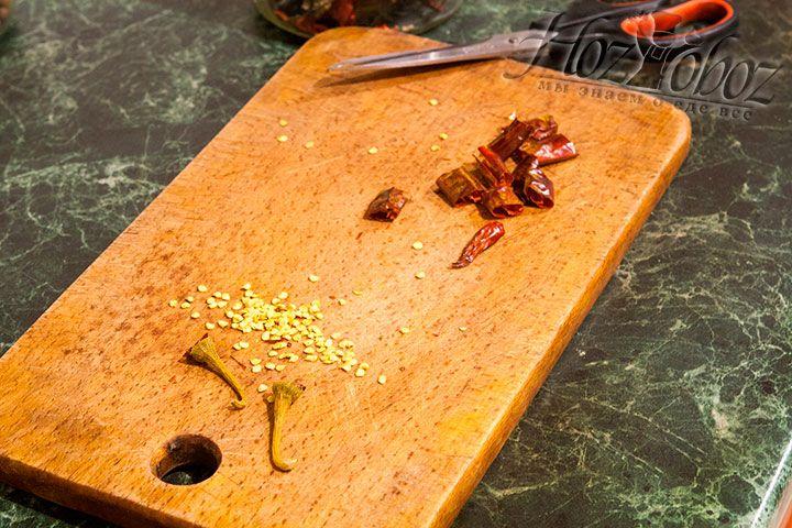 Из готовой сухой смеси вынимаем стручки острого перца, разрезаем их ножницами и вычищаем семена. Очищенные стручки рубим на кусочки