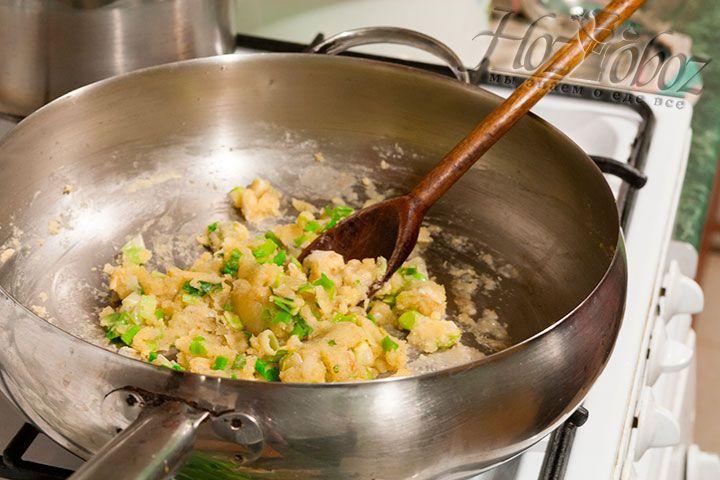 Постоянно помешиваем зажарку - она станет основой для нашего будущего супа-пюре