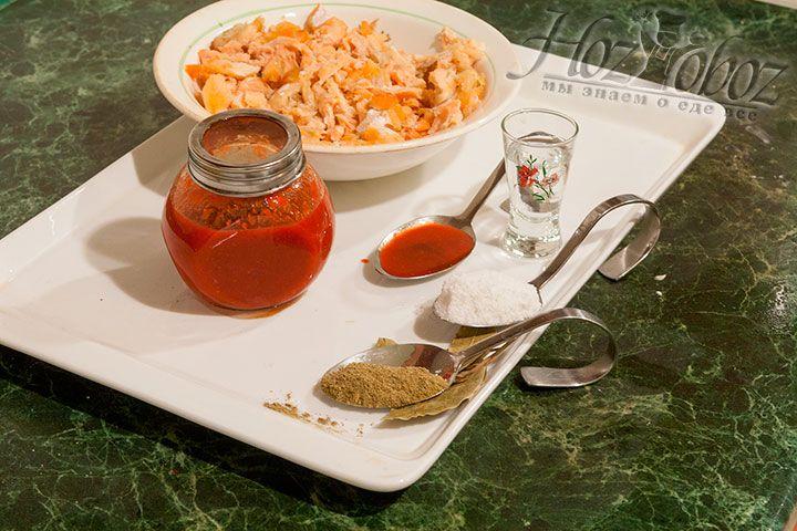 Далее в рыбный суп необходимо добавить отварную семгу и сделать это следует примерно за 5 минут до готовности. Затем приправим уху соусом табаско, лавровым листом и другими специями по вкусу. Мы, например, использовали хмели-сунули, соль и немного черного перца. Последний штрих - это водка, которая добавляется в последние минуты приготовления и придает ухе сладость и удивительный аромат!