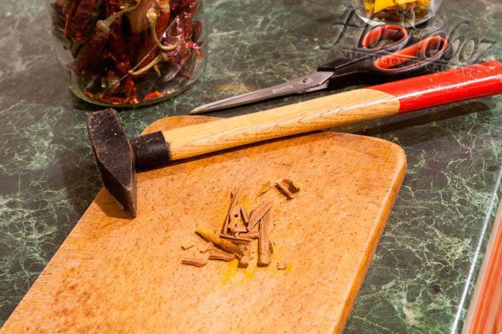 Высушенные палочки корицы тоже извлекаем из смеси и дробим с помощью молотка