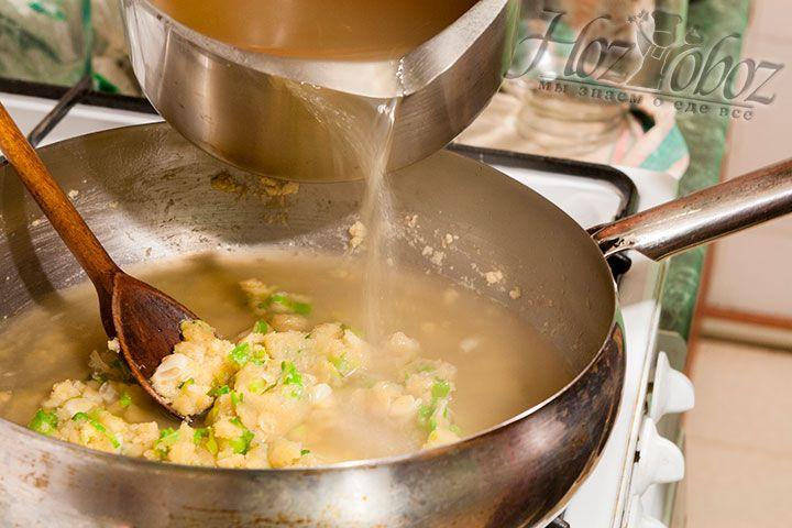 В сотейник с заготовленной густой основой вливаем готовый куриный бульон и вымешиваем заготовку