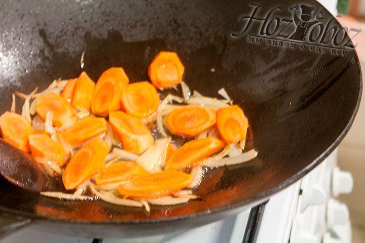 К лучку добавляем нарезанную кружками морковку