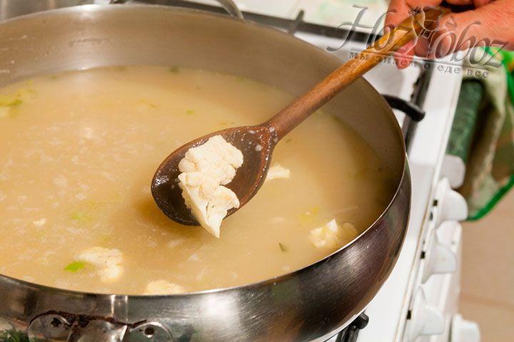 К разбавленной бульоном основе для супа добавляем соцветия капусты