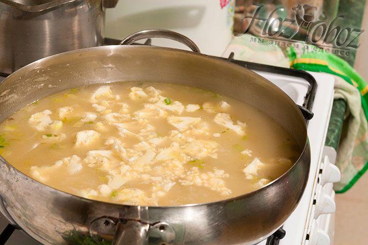 Доводим суп до кипения и уменьшаем огонь до минимума