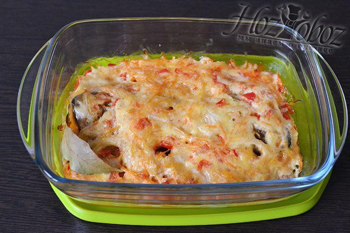Переносим форму с рыбой и овощами на 45 минут в духовку разогретую до 230 градусов для запекания