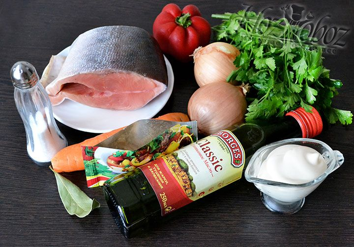 Подготавливаем ингредиенты для сочной горбуши в духовке. Нам нужно: центральная часть тушки, пряные специи и соль, майонез, зелень петрушки, лук, морковь, красный болгарский перец и оливковое масло