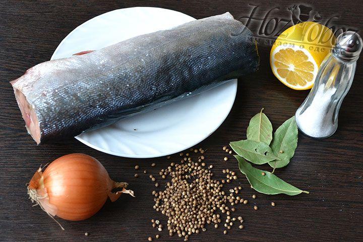 Подготавливаем продукты по списку: горбуша, соль, горошек кориандра, лавровый лист, лимон и репчатый лук – для подачи