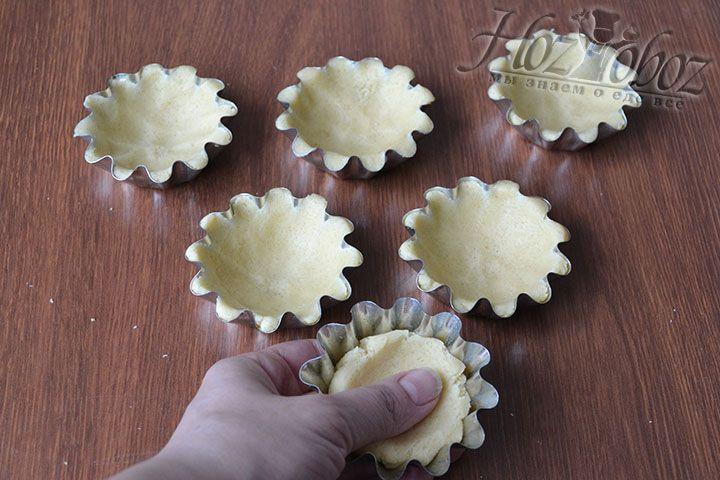 Распределяем тесто по формочкам, которые предварительно не забудьте смазать маслом или маргарином