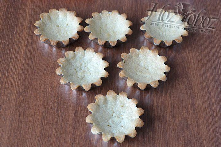Извлекаем формочки с корзиночками из духовки и остужаем