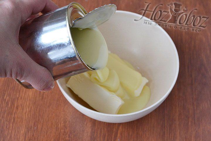 Крем для песочных корзинок готовится из сгущенки с маслом. Их нужно смешать в равных частях
