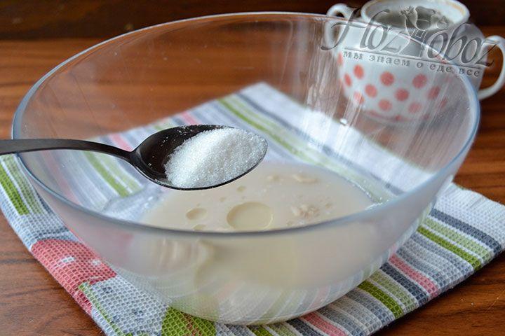 Добавьте в миску сахар