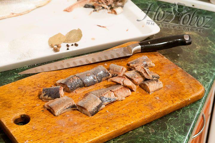 Сельдь очищается от всех костей и режется порционно
