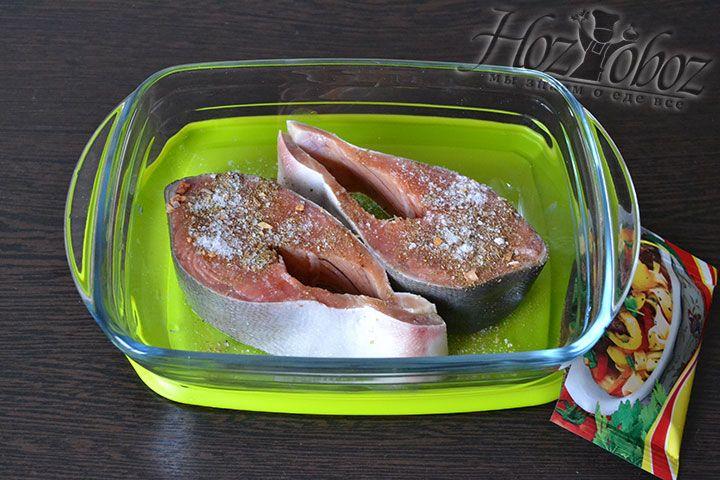 Кусочки красной рыбы хорошо солим и приправляем рыбными специями