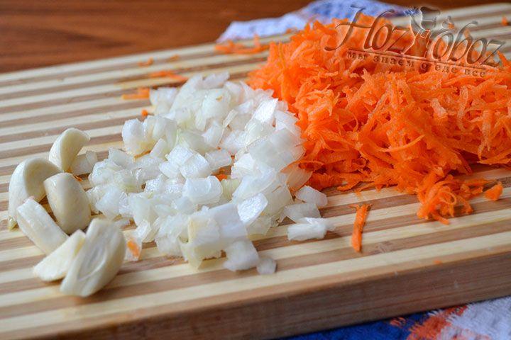 Нарезаем мелко лук и натираем морковь на терке с маленькими отверстиями. Зубки чеснока делим напополам