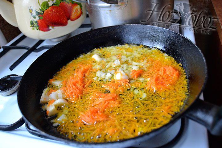 Для приготовления заправки необходимо высыпать измельченный лук, морковь и чеснок на сковороду с разогретым растительным маслом