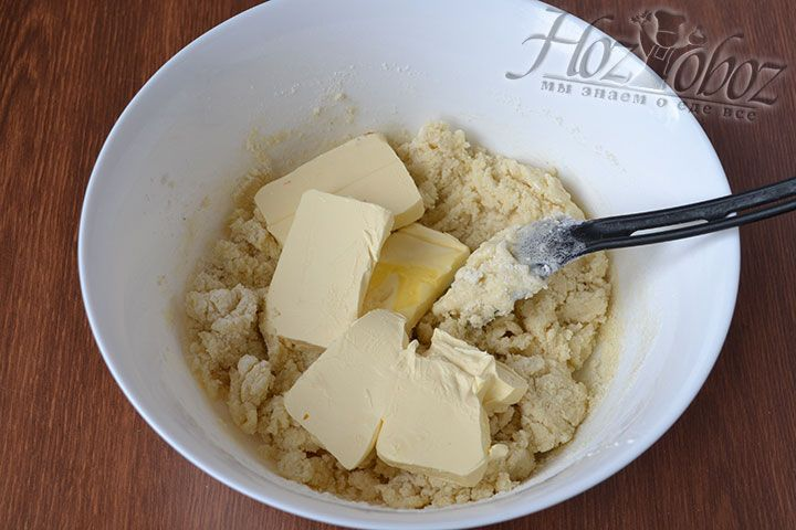 Присоединяем мягкое сливочное масло или сливочный маргарин