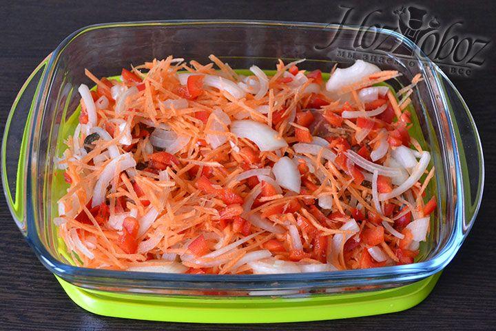 Распределяем овощи поверх красной рыбы