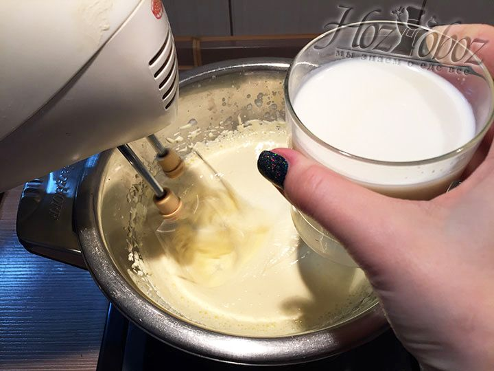 Продолжая взбивать крем, добавляем в него по немного молоко