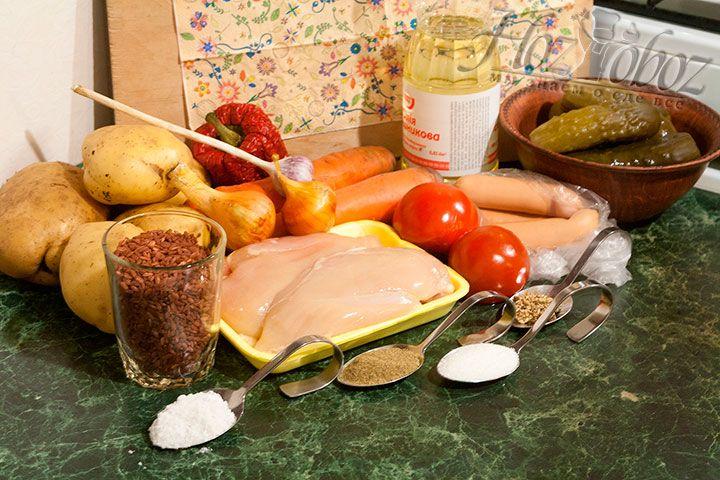 Выкладываем на столе все продукты, которые пригодятся для приготовления рассольника с красным рисом и огурцами
