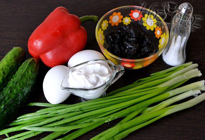 Подготовим ингредиенты: свежие огурцы небольших размеров, сладкий болгарский перец, отборный без косточки чернослив, майонез, вареные куриные яйца и зеленый лук