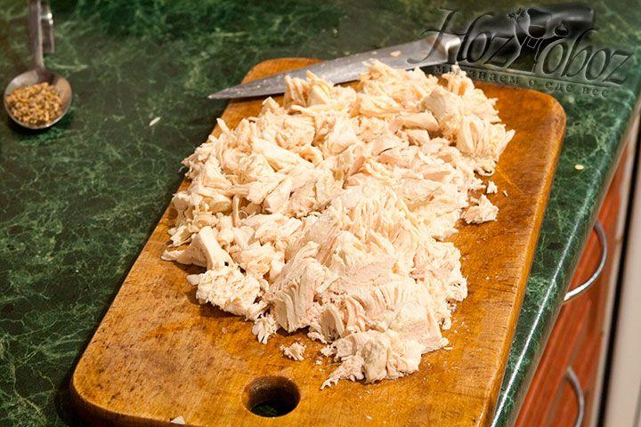 Куриное филе нарезается мелко