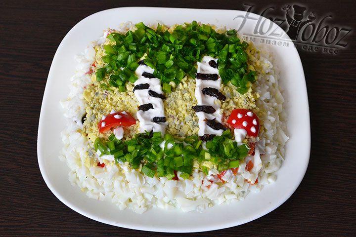 Продолжаем украшать березку зеленым луком. Остальное оформление сделаем на свой вкус. Салат березка с черносливом готов, приятного вам праздничного ужина!