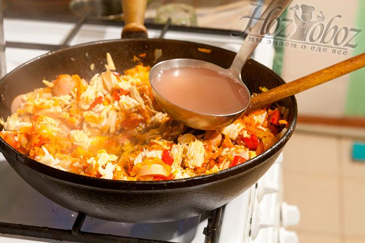 Нарезанные продукты соединяются с пассеровкой в сковороде или сотейнике и заливаются бульоном