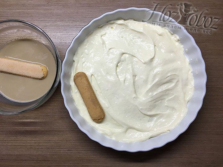 Как только печенье пропитается кладем его по одному в форму