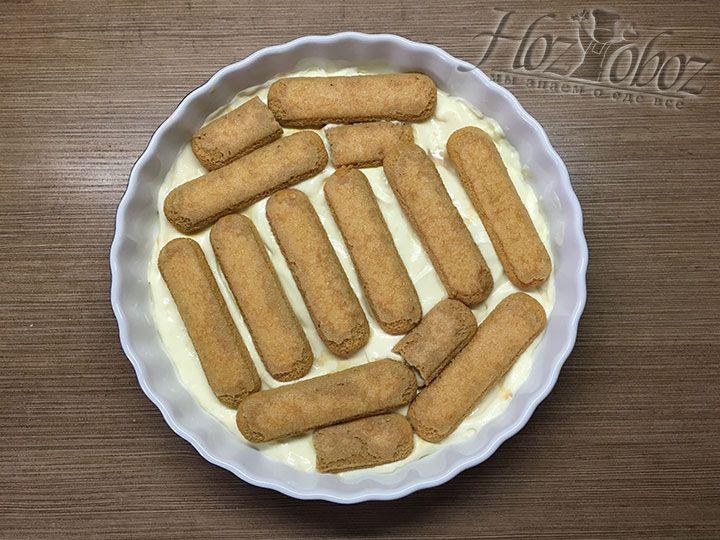 Выкладываем печенье пока не заполним весь слой, как на фото