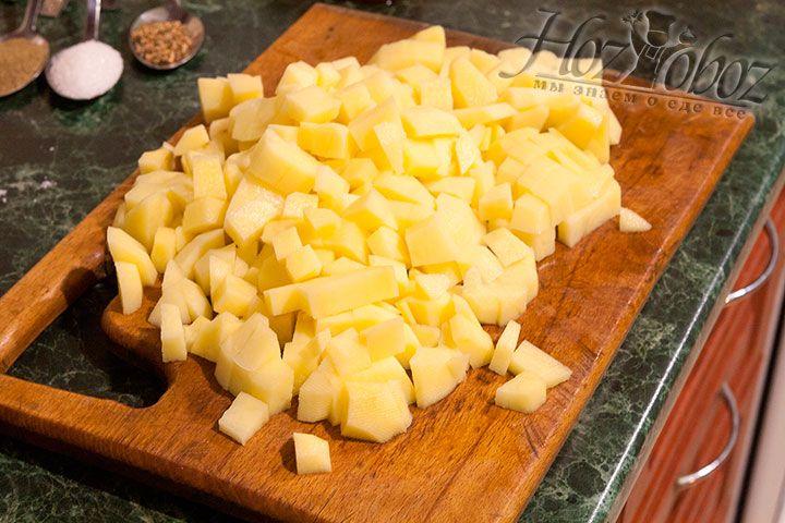 Картофель нарезается небольшими кубиками и добавляется в бульон