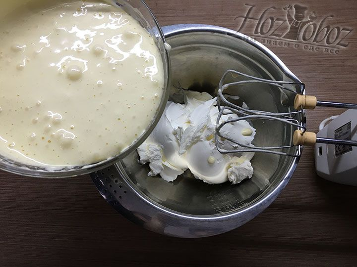 Выкладываем в большую миску для крема сыр «Маскарпоне»