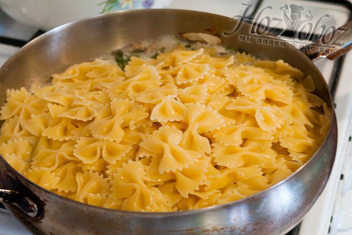 Отварные макаронные изделия добавить в соус