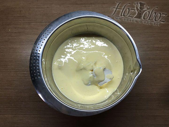Смешиваем желтковый крем и сыр «Маскарпоне»