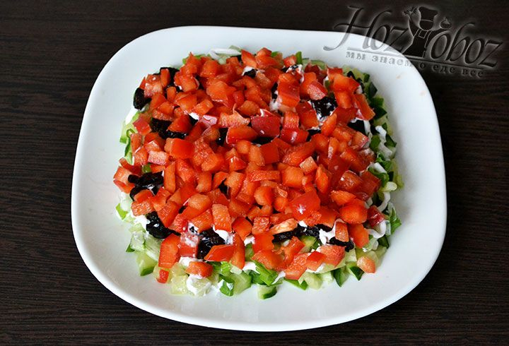 Болгарский перец нарезаем кубиками и выкладываем на слой чернослива. Часть перца оставляем для украшения